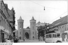 Zentralbild-Kohls-16.7.1960-Som-Qu- Vom 12.7. bis zum 2.8.1945 fand die historische Potsdamer Konferenz statt. Potsdam, Blick auf das Nauener Tor von der Thälmannstrasse aus.