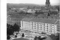 """Zentralbild-Sturm-29.8.1963-Stö-Qu- Stadtansichten von Potsdam - 3.334 Wohnungen in den letzten fünf Jahren gebaut. Auch die Bezirksstadt Potsdam verändert von Jahr zu Jahr ihr Gesicht. Neben dem Wiederaufbau von historischen Gebäuden und Bauten entstehen im Zentrum von Potsdam tausende neue, moderne Wohnungen. In den vergangenen fünf Jahren wurden 3.334 Wohnungen gebaut, weitere 652 Wohnungen werden noch in diesem Jahr fertig. Während des 2. Weltkrieges vernichteten allein am 14.4.1945 amerikanische Bomber 3.482 Wohnungen, weitere 20.685 wurden an diesem Tage schwer beschädigt. UBz.: Blick auf Neubauten in der Nähe des """"Platz der Einheit""""."""""""