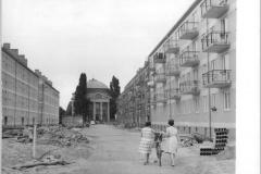 Zentralbild-Kohls-16.7.1960-Som-Qu- Vom 12.7. bis zum 2.8.1945 fand die historische Potsdamer Konferenz statt. UBz.: Potsdam, in der Joliot-Curie-Straße, im Hintergrund die Französische Kirche, rechts und links die ersten Großblockbauten in Potsdam.