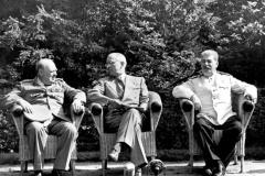 Potsdamer (Berliner) Konferenz der führenden Staatsmänner der drei alliierten Mächte der UdSSR, Großbritannien und der USA vom 17. Juli bis 2. August 1945 in Schloß Cecilienhof und Babelsberg. Ihr Ergebnis ist das Potsdamer Abkommen, das die völkerrechtlichen Grundfragen für den Aufbau eines friedlichen, demokratischen deutschen Staates und die Politik der Siegermächte gegenüber Deutschland festgelegt.UBz.: V.l.n.r.: Winston Churchill, Harry S. Truman, J.W. Stalin5050-50