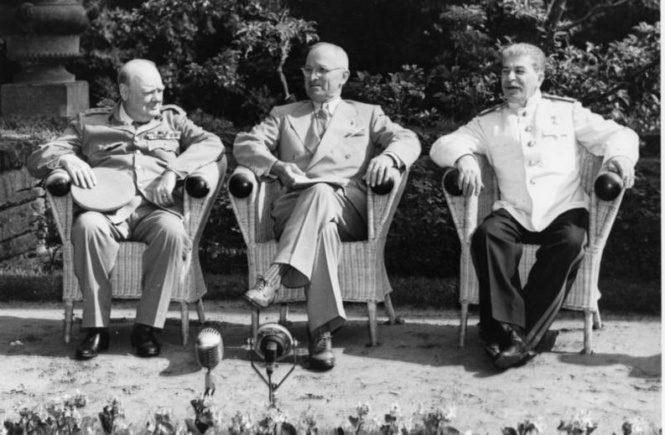 Potsdamer Konferenz im Schloss Cecilienhof mit Churchill,Truman und Stalin.